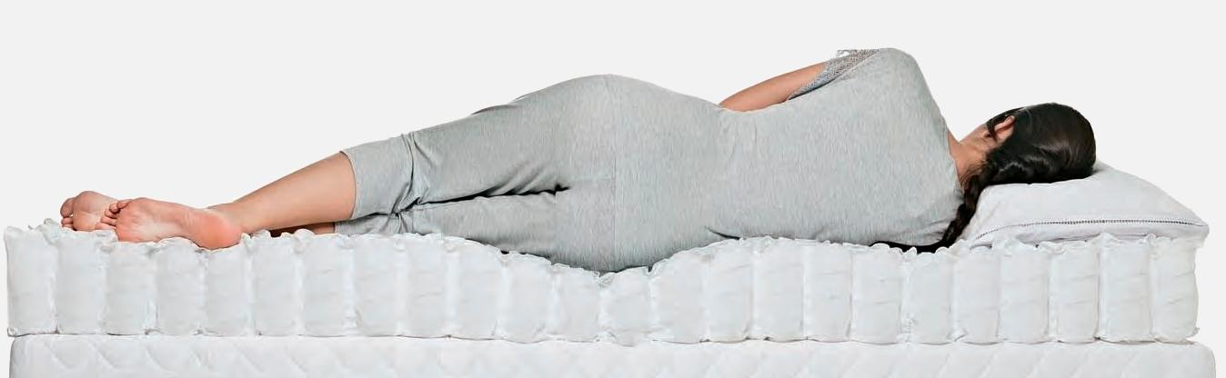 mulher deitada em colchao de molas ensacadas