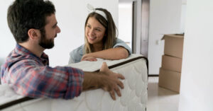 casal comprando colchão novo