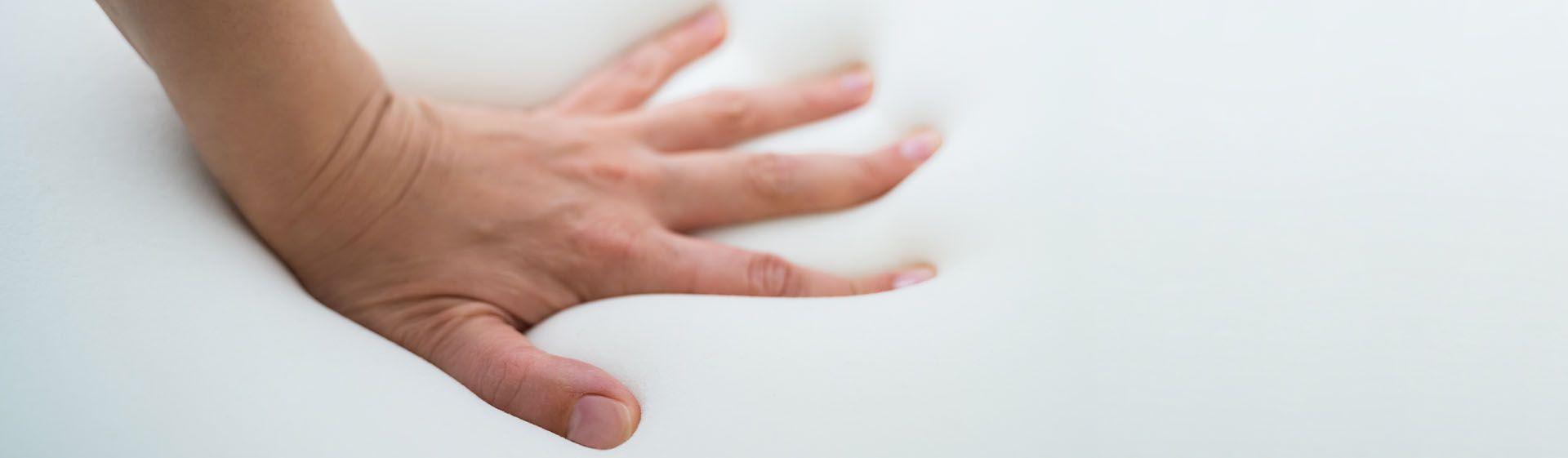 mão apertando colchão